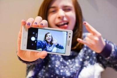 teen girl selfie photo phone social media